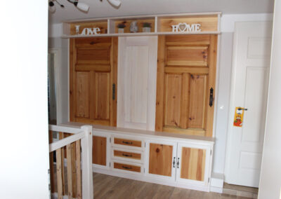 Garderobe mit Schubkästen und Drehtüren.Es wurden alte Türen und Türfüllungen überarbeitet Und mit neuen Holzelementen kombiniert