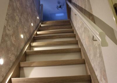 Nachher: alte Treppe überarbeitet und mit Systemprofilen verkleidet