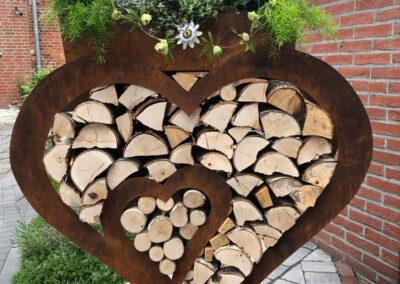 Herz aus Stahl mit Blumenkasten, Höhe ca. 110 cm