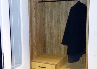 maßgefertigte Garderobe aus Esche, gebürstet