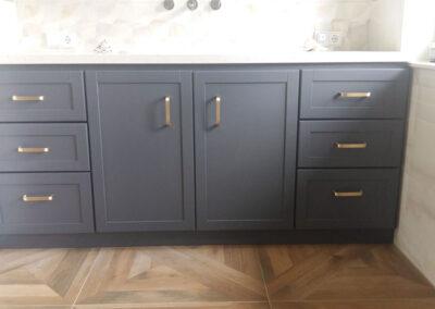 Badschrank aus aufgedoppelter Möbelspanplatte, lackiert